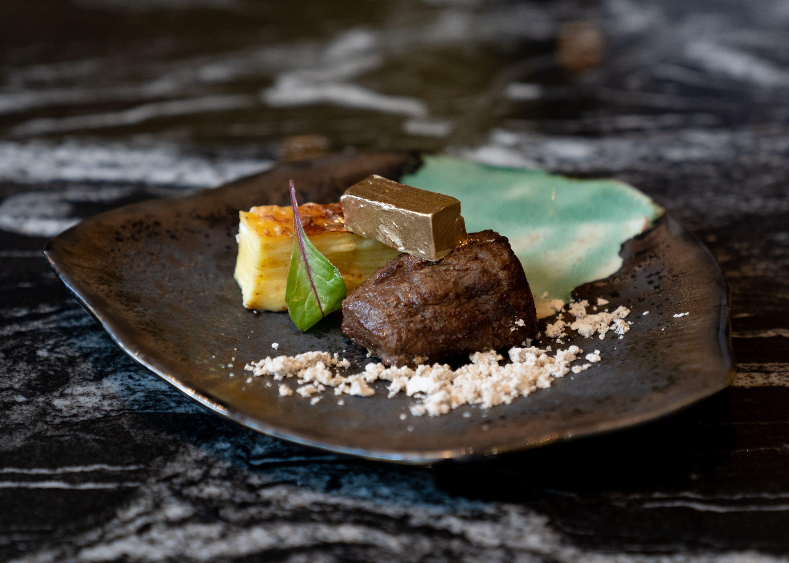 Dolce Vita ресторан.меню филе телятины картоф гратен золотой слиток из фуа-гра грибная пыль соус деми-глас из кваса