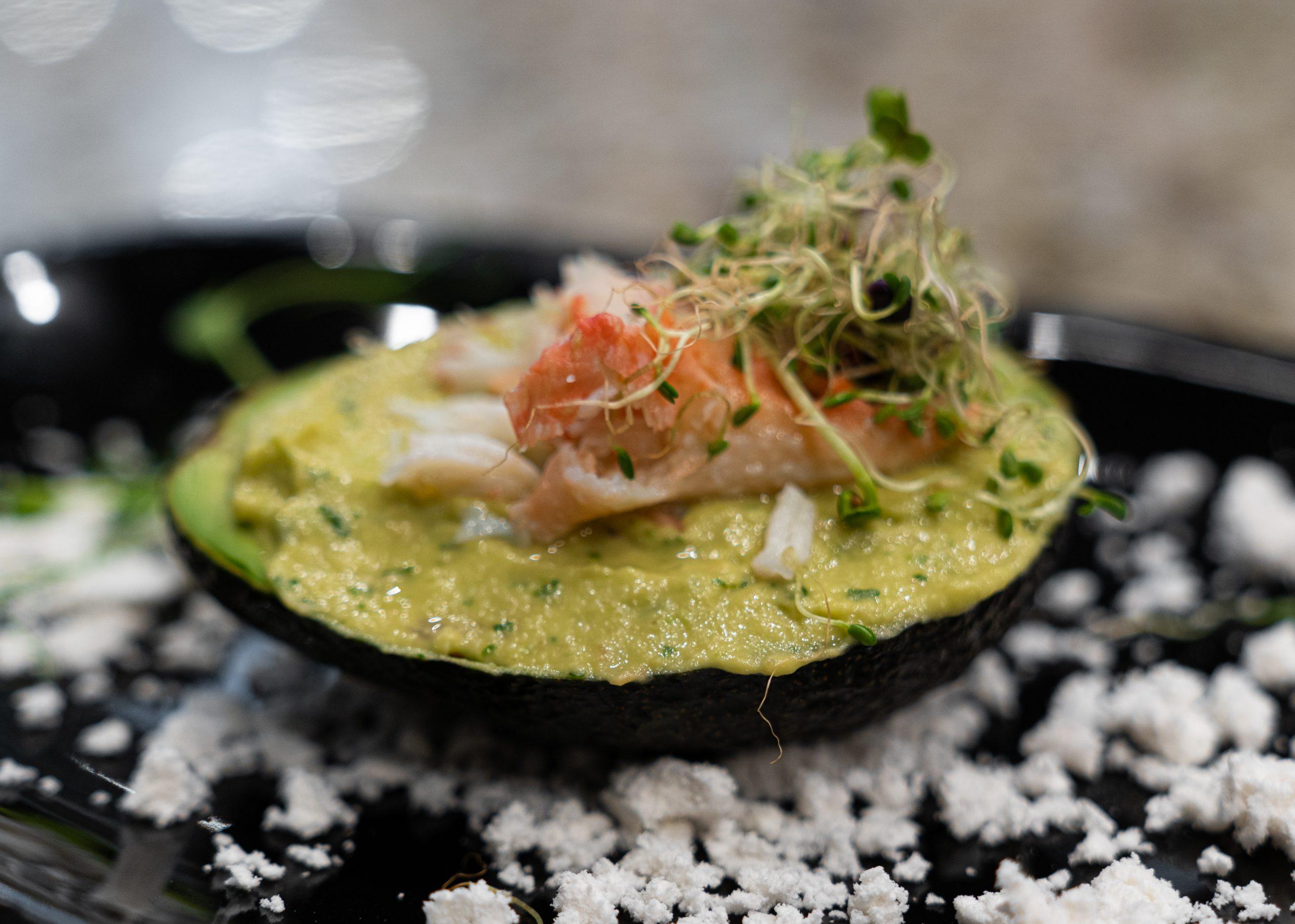 Dolce Vita ресторан.меню .Тартар из лосося и тунца, гуакамоле с крабовым мясом, снег из оливкового масла